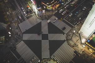 Japan, Tokyo, Ginza, top view of zebra crossing in front ofの写真素材 [FYI04345514]