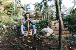 Man in garden having a break from gardeningの写真素材 [FYI04345521]