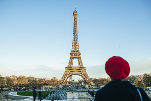France, Paris, view to Eiffel Tower with back view of youngの写真素材 [FYI04345657]