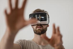 Man using Virtual Reality Glassesの写真素材 [FYI04345671]