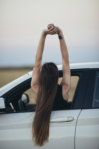 Woman leaning out of car windowの写真素材 [FYI04345784]