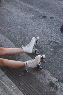 Young woman with roller skates on lane, partial viewの写真素材 [FYI04345793]