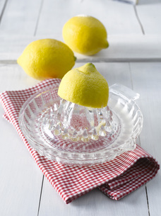 Lemons on lemon squeezerの写真素材 [FYI04345841]