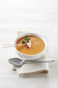 Creamed lobster soup, elevated viewの写真素材 [FYI04345845]