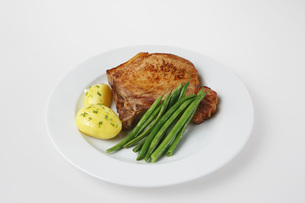 Chop potatoes and green beans on plateの写真素材 [FYI04345859]
