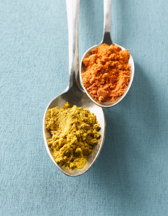 Cayenne pepper and Curry powder on spoons, elevated viewの写真素材 [FYI04345870]
