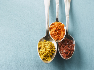 Cayenne pepper, Curry powder and rock salt on spoons, elevatの写真素材 [FYI04345871]