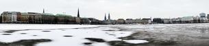 Germany, Hamburg, Panoramic view of Inner Alster Lake in winの写真素材 [FYI04345945]
