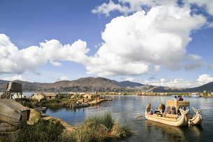 South America, Peru, Uros people living on the floating islaの写真素材 [FYI04345951]