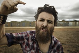 Angry man with full beard shouting at cameraの写真素材 [FYI04345958]