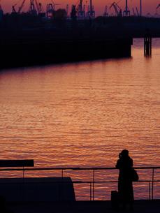 Germany, Hamburg, Port of Hamburg, young female photographerの写真素材 [FYI04346007]
