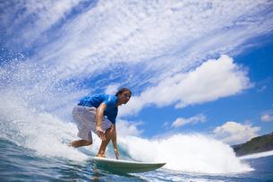 Indonesia, Bali, surfing manの写真素材 [FYI04346011]