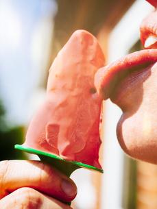 Woman eating homemade strawberry ice cream, close-upの写真素材 [FYI04346103]