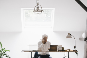 Senior businessman working with laptop in his officeの写真素材 [FYI04346415]