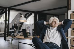 Senior businessman relaxing in his officeの写真素材 [FYI04346428]