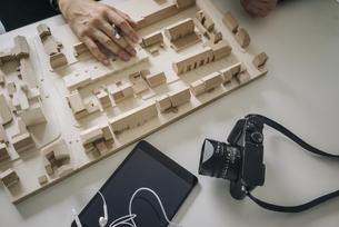 Urban development model, tablet and cameraの写真素材 [FYI04346452]