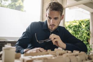 Architect looking at urban development modelの写真素材 [FYI04346459]