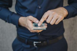 Businessman using futuristic portable deviceの写真素材 [FYI04346471]