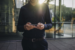 Businessman using futuristic portable deviceの写真素材 [FYI04346496]