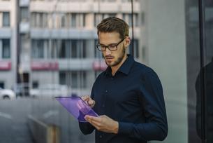 Businessman using futuristic portable deviceの写真素材 [FYI04346523]