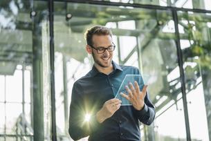 Businessman using futuristic portable deviceの写真素材 [FYI04346524]