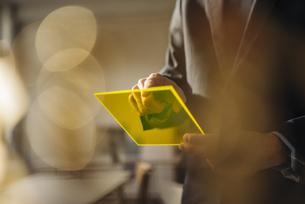 Businessman using futuristic portable deviceの写真素材 [FYI04346556]