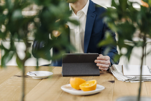 Businessman using tablet on tableの写真素材 [FYI04346620]