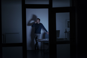 Man working late in officeの写真素材 [FYI04346640]