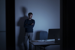 Man working late in officeの写真素材 [FYI04346641]