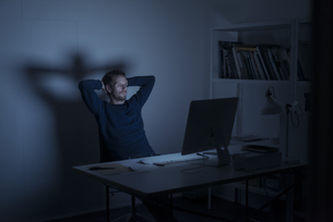 Man working late in officeの写真素材 [FYI04346642]