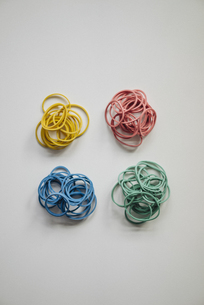 Piles of multicolored rubber bandsの写真素材 [FYI04346659]