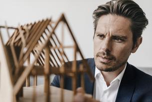 Architect examining architectural modelの写真素材 [FYI04346734]