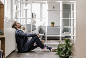 Exhausted businessman sitting on the floorの写真素材 [FYI04346778]