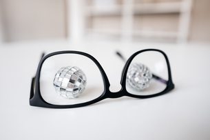 Disco balls behind glasses frameの写真素材 [FYI04346894]