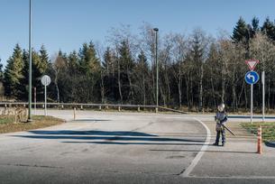Little boy wearing knight costume standing at roadsideの写真素材 [FYI04346898]