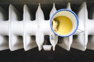 Cup of tea on heaterの写真素材 [FYI04346982]