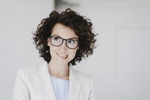 Businesswoman wearing glasses, looking doubtfullyの写真素材 [FYI04347058]