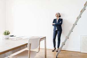 Businesswoman standing in modern officeの写真素材 [FYI04347223]