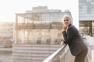 Portrait of confident businesswoman standing on bridgeの写真素材 [FYI04347228]