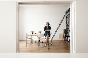 Businesswoman sitting in modern officeの写真素材 [FYI04347230]