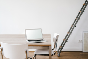 Laptop on table in officeの写真素材 [FYI04347243]