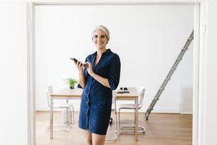 Businesswoman sitting on windiwsillの写真素材 [FYI04347248]