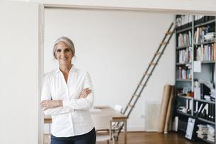 Portrait of confident businesswoman in modern officeの写真素材 [FYI04347259]