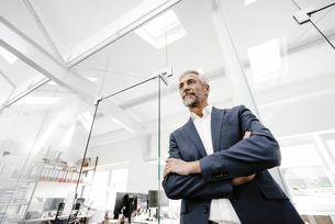 Confident mature businessman in officeの写真素材 [FYI04347610]