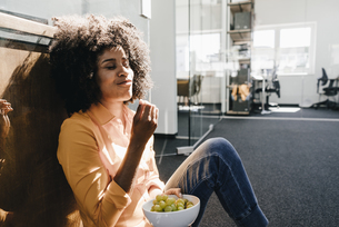 Young woman having a break in officeの写真素材 [FYI04347670]
