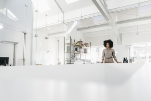 Young woman standing in officeの写真素材 [FYI04347689]