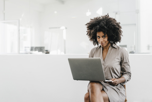 Young woman using laptop in officeの写真素材 [FYI04347690]