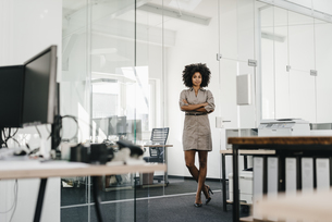Portrait of confident businesswoman in officeの写真素材 [FYI04347694]