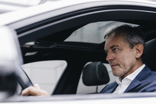 Businessman driving carの写真素材 [FYI04347741]