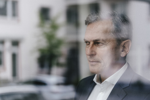 Businessman looking out of windowの写真素材 [FYI04347745]
